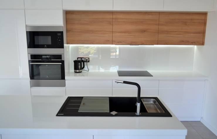 Biały połysk / laminat / konglomerat kwarcytowy: styl , w kategorii Kuchnia zaprojektowany przez YO studio mebli