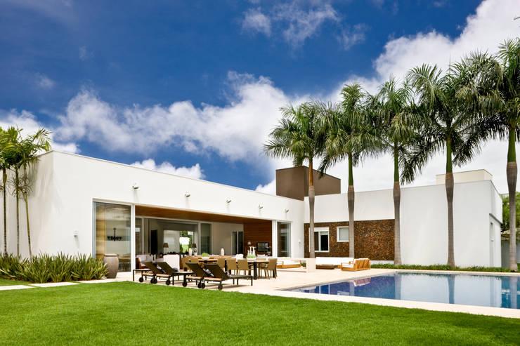 Casa Térrea: Piscinas  por Ana Paula e Sanderson Arquitetura