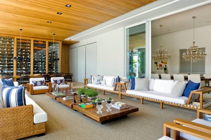 Salas de estar modernas por Ana Paula e Sanderson Arquitetura