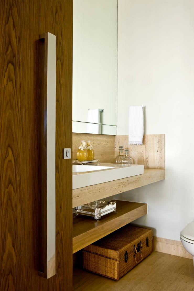 Casa Térrea: Banheiros modernos por Ana Paula e Sanderson Arquitetura
