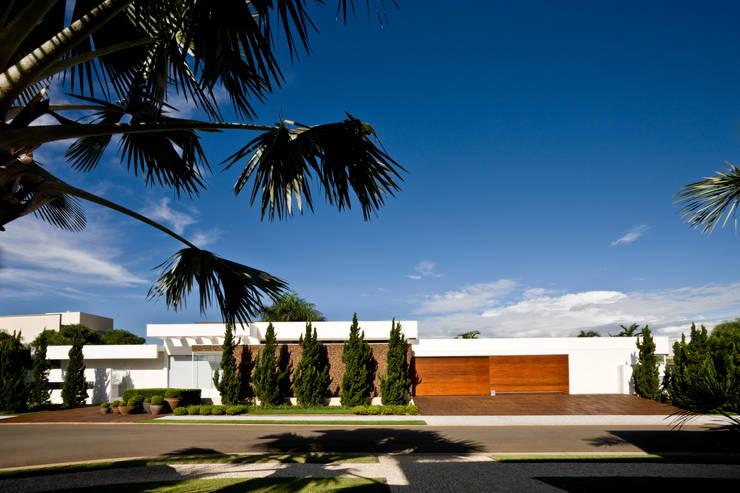 Casas modernas por Ana Paula e Sanderson Arquitetura