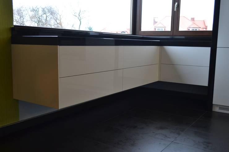 Biały połysk / czarny kwarcyt: styl , w kategorii  zaprojektowany przez YO studio mebli,Minimalistyczny