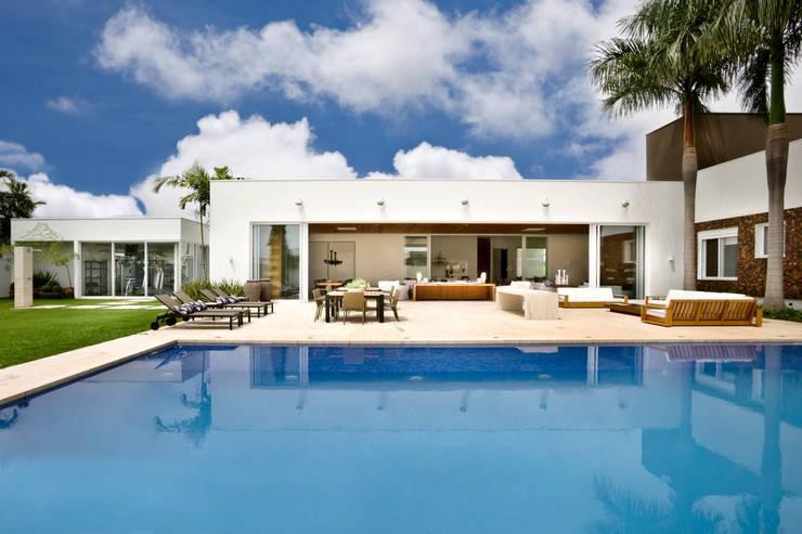 Casa Térrea: Piscinas modernas por Ana Paula e Sanderson Arquitetura