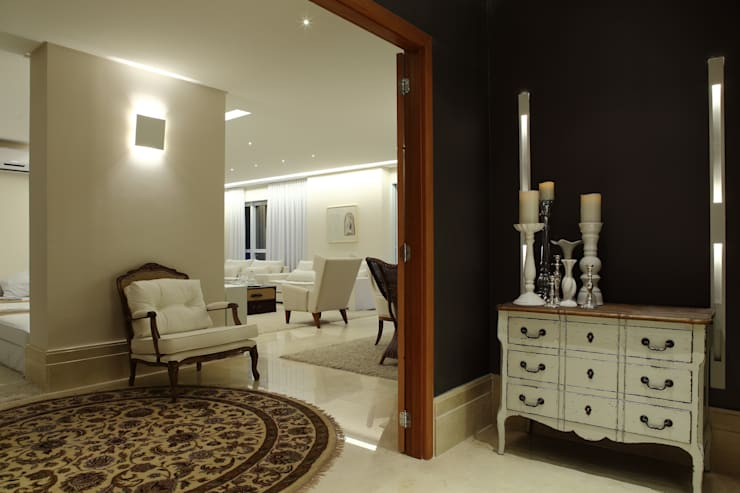 Apartamento Flamboyant: Corredores e halls de entrada  por Ana Paula e Sanderson Arquitetura,