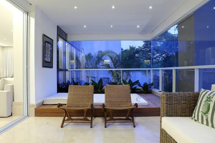 Apartamento Flamboyant: Terraços  por Ana Paula e Sanderson Arquitetura,