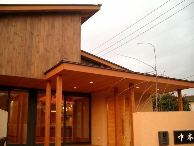 アプローチからみた建物: 株式会社 G proportion アーキテクツが手掛けた家です。