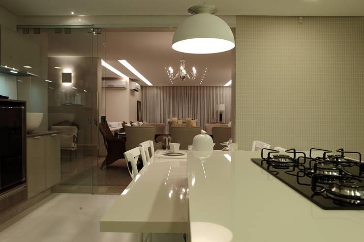 Apartamento Flamboyant: Cozinhas  por Ana Paula e Sanderson Arquitetura