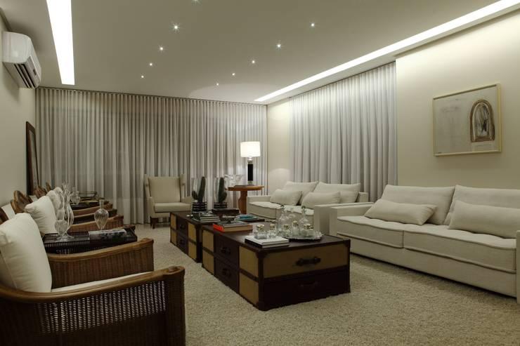 Apartamento Flamboyant: Salas de estar  por Ana Paula e Sanderson Arquitetura