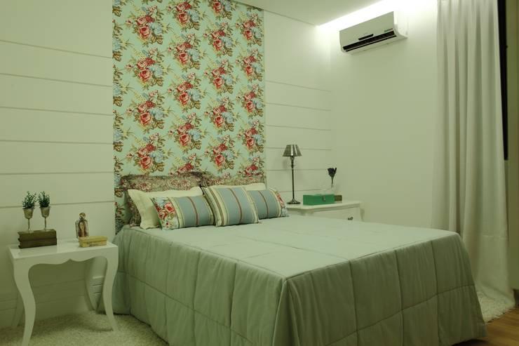 Dormitorios de estilo  por Ana Paula e Sanderson Arquitetura