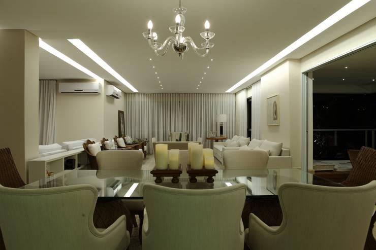 Apartamento Flamboyant: Salas de jantar  por Ana Paula e Sanderson Arquitetura