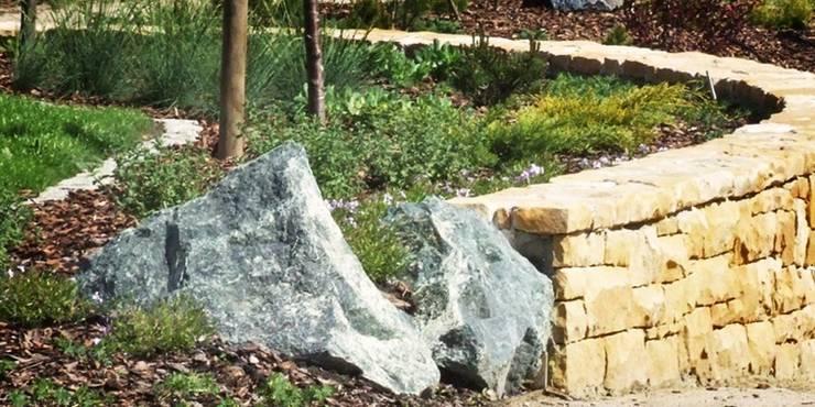 bryłki serpentynitu i murek z piaskowca : styl , w kategorii  zaprojektowany przez Autorska Pracownia Architektury Krajobrazu Jardin ,