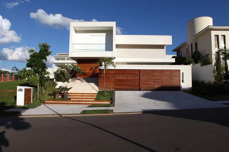 Casa do Jardim Vertical: Casas modernas por Ana Paula e Sanderson Arquitetura