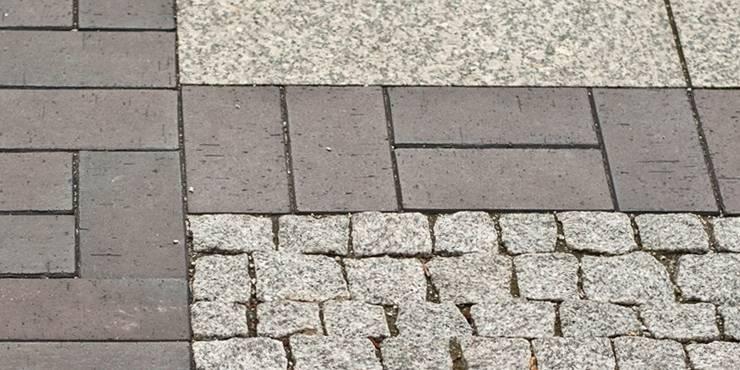 granitowe płyty , czarny klinkier i granitowa kostka: styl , w kategorii  zaprojektowany przez Autorska Pracownia Architektury Krajobrazu Jardin ,