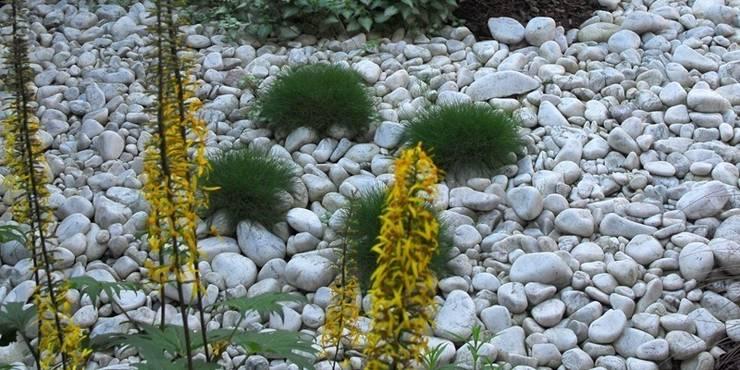 zamiast kory białe kamienie : styl , w kategorii  zaprojektowany przez Autorska Pracownia Architektury Krajobrazu Jardin ,