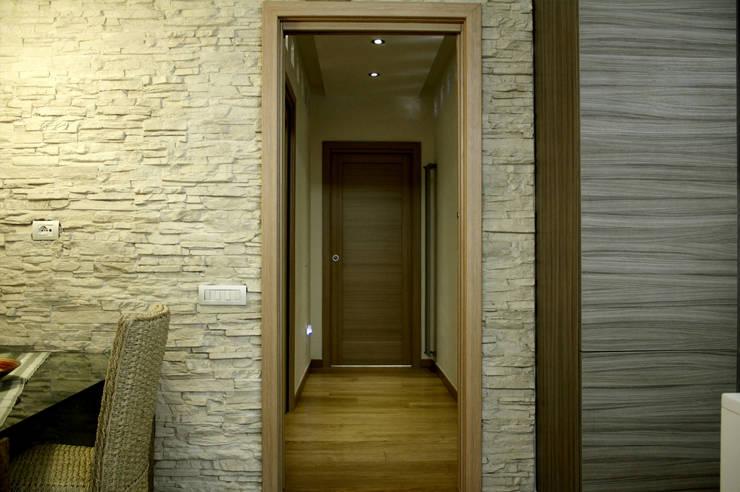 Corridoio: Ingresso & Corridoio in stile  di MedomStudio