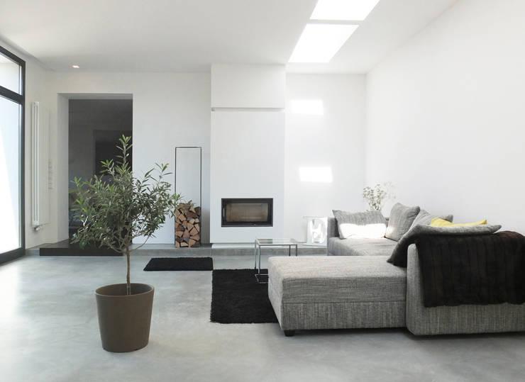 Reduzierte Materialwahl im Wohnraum: moderne Wohnzimmer von qbus architektur  & innenarchitektur