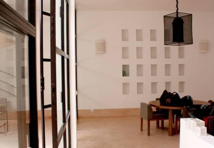 Riad Marrakech: Salle à manger de style de style Moderne par Pauline Girardot
