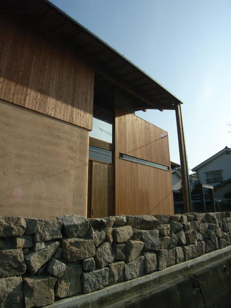 水路側の石垣: Interstudio  Architects & Associates Japanが手掛けた家です。
