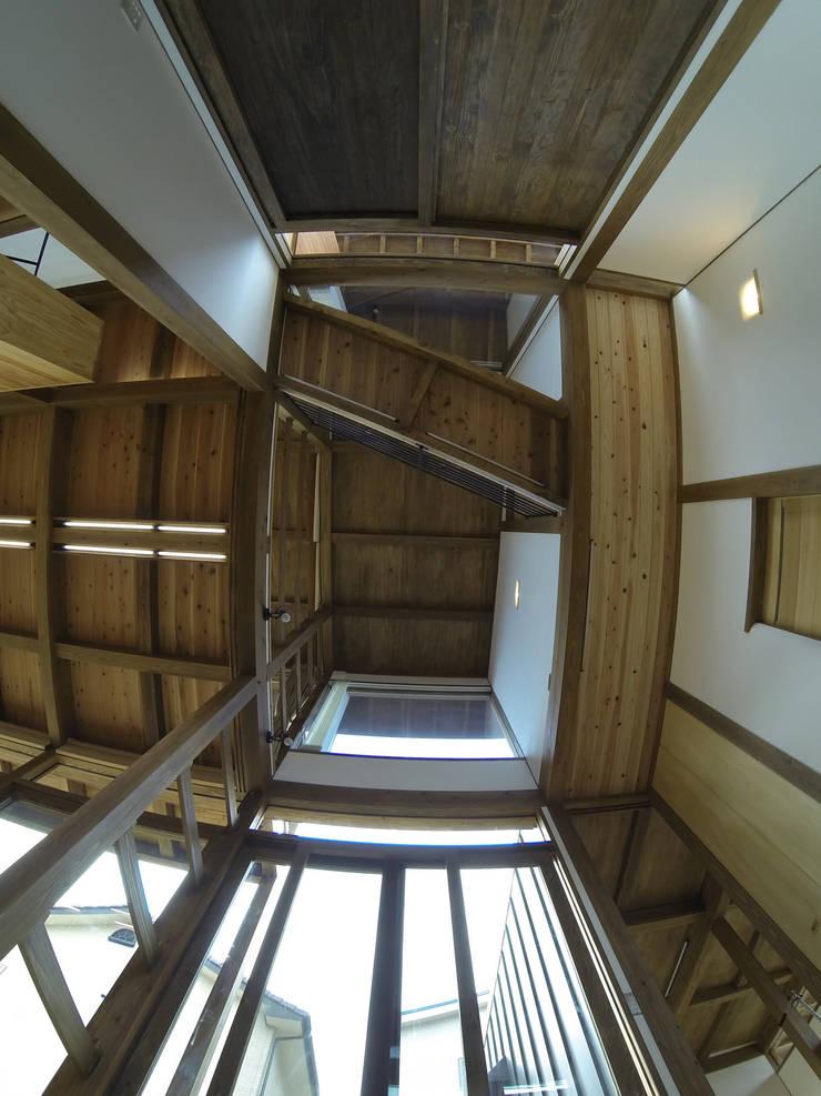 土間吹抜: Interstudio  Architects & Associates Japanが手掛けた和室です。