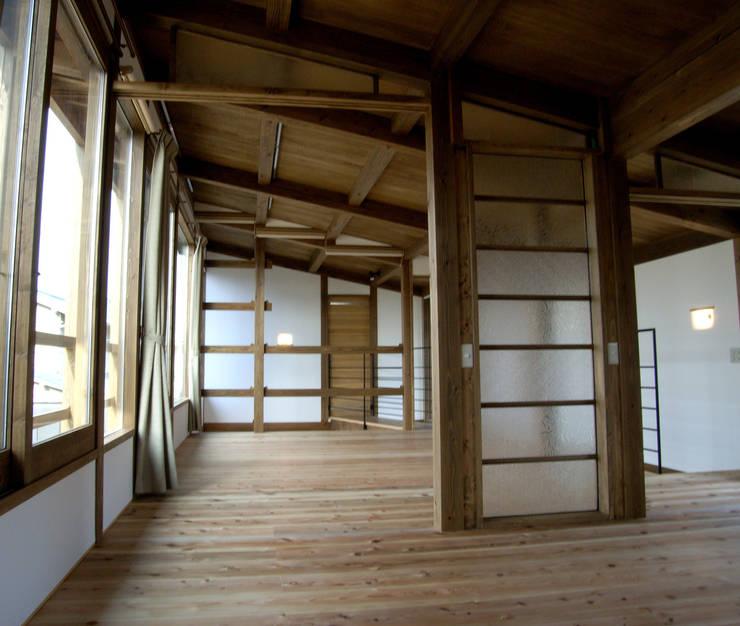 2階の部屋: Interstudio  Architects & Associates Japanが手掛けた子供部屋です。