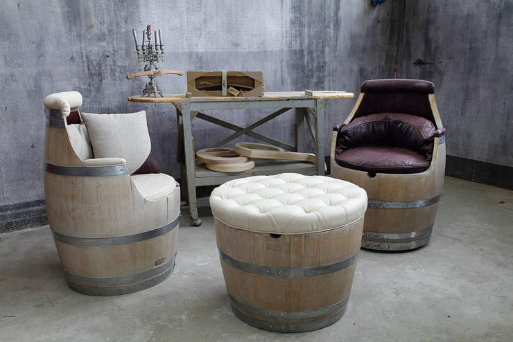 Fufluns, arredi in barrique: Soggiorno in stile in stile Moderno di IEP! Design