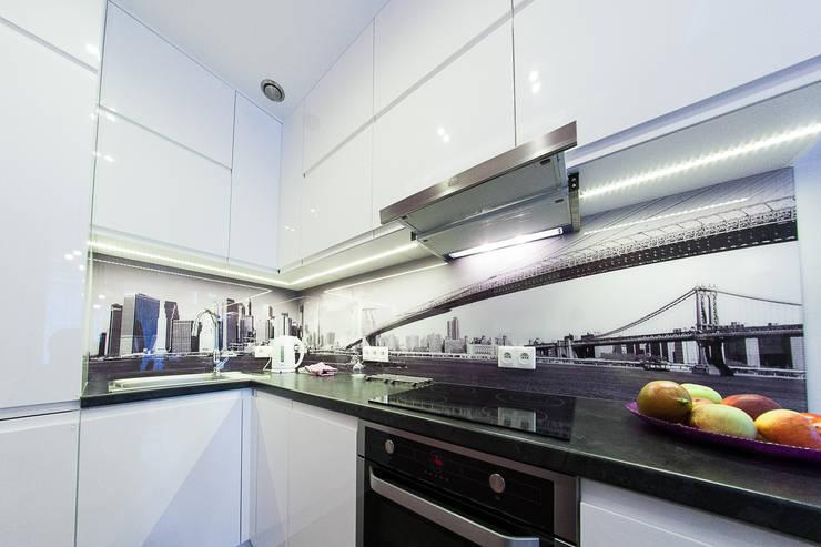 Kawalerka na śródmieściu z kroplą fioletu: styl , w kategorii Kuchnia zaprojektowany przez GUTDESIGN