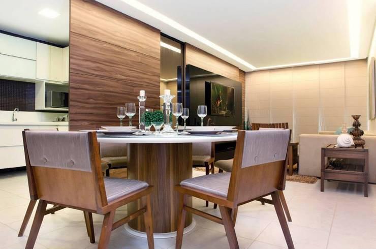 Em clima de veraneio: Salas de jantar  por Carol Mendonça Arquitetura,