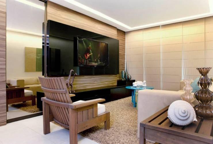 Em clima de veraneio: Salas de estar  por Carol Mendonça Arquitetura,