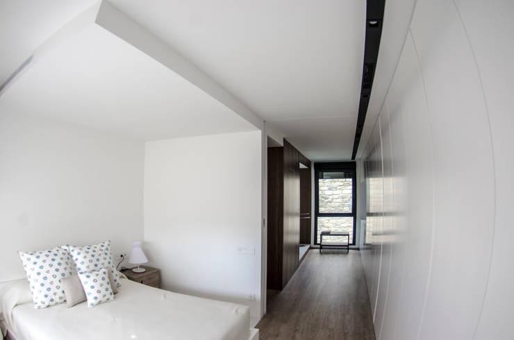 Vivienda Unifamiliar: Dormitorios de estilo  de cota-zero, tenica y construcción integrada, s.l.