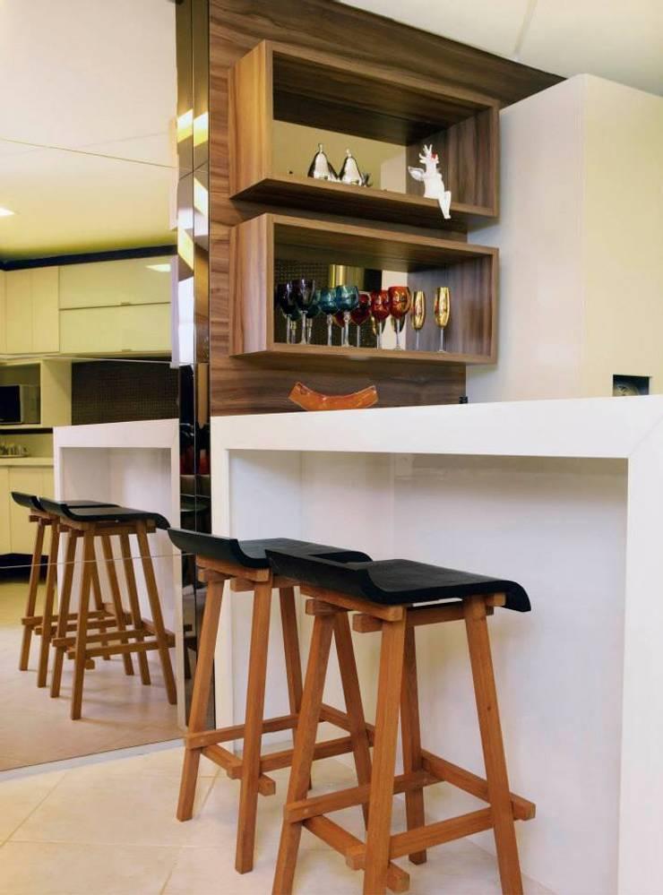 Em clima de veraneio: Cozinhas  por Carol Mendonça Arquitetura,
