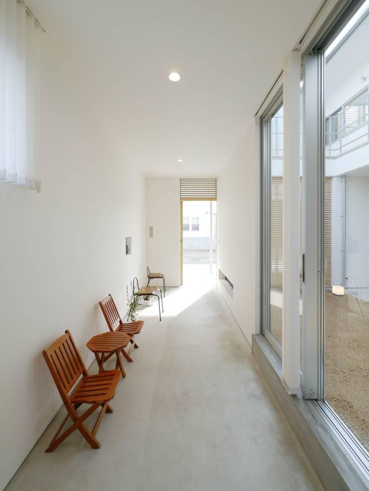 Couloir et hall d'entrée de style  par 開建築設計事務所, Moderne