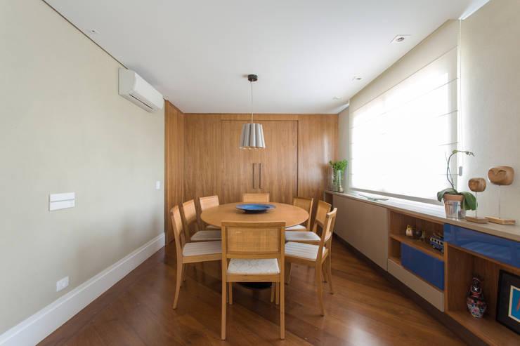 Apartamento Campo Belo 02: Salas de jantar modernas por Karen Pisacane