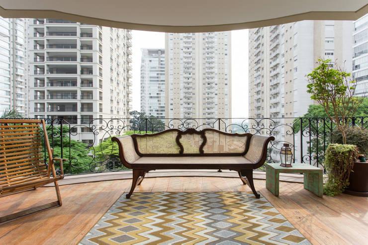Apartamento Campo Belo 02: Terraços  por Karen Pisacane