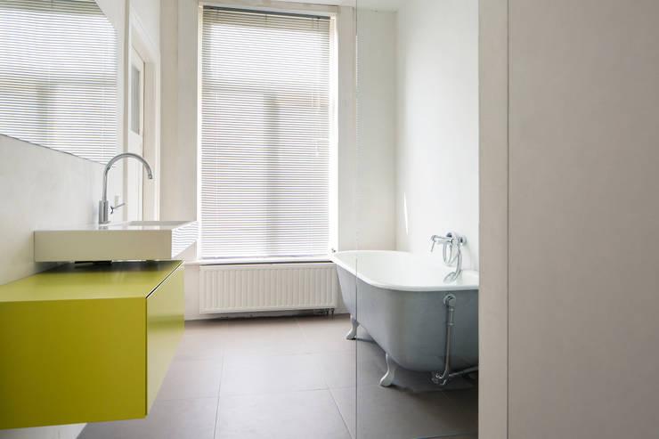 Badkamer 2e, nieuwe situatie: moderne Badkamer door Voorwinde Architecten