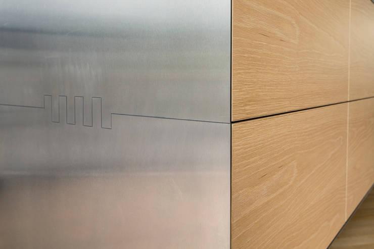 detail zwevend dressoir-keukenblok:  Eetkamer door Voorwinde Architecten