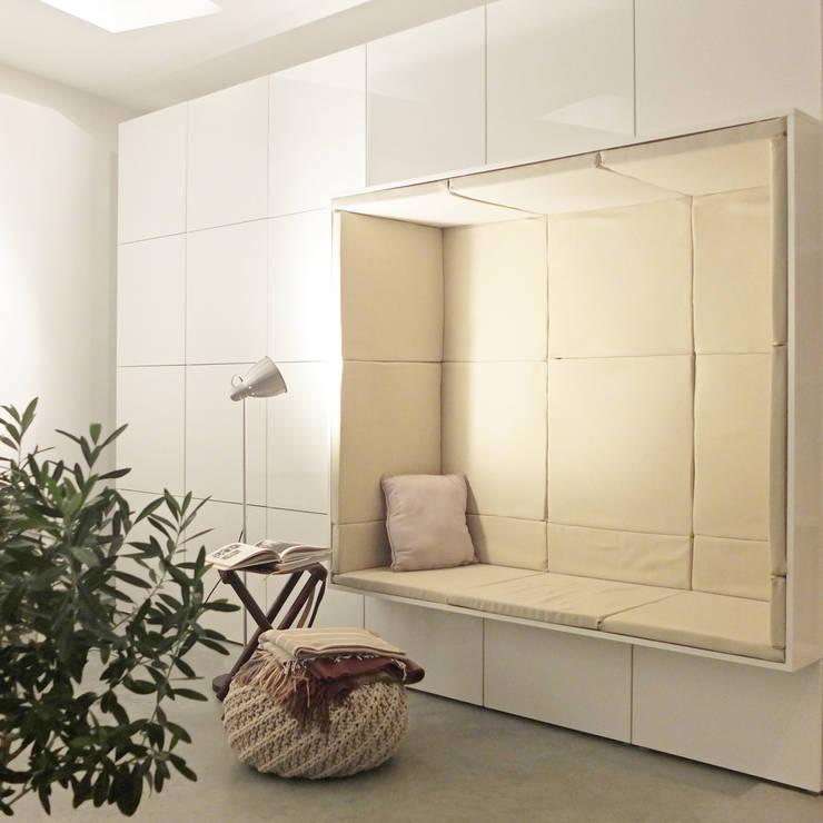 Maßgefertigter Alkoven:  Wohnzimmer von qbus architektur  & innenarchitektur