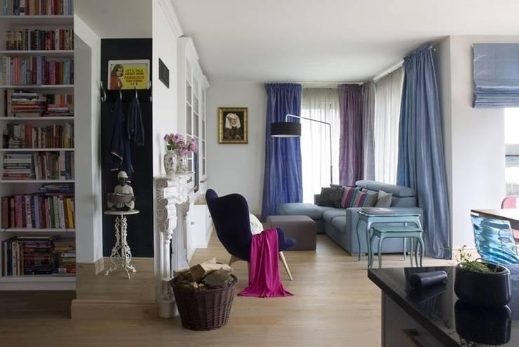 Trójmiasto: styl , w kategorii Salon zaprojektowany przez Pracownia Projektowa Hanna Kłyk