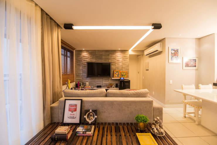 Salas de estar modernas por Bloom Arquitetura e Design