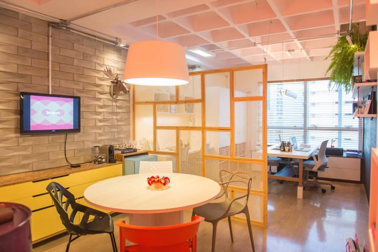 Bloom Arquitetura e Design: Escritórios  por Bloom Arquitetura e Design