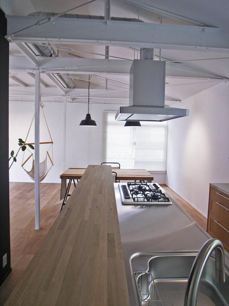 「stri-ep house 秋谷2丁目」: vibe design inc.が手掛けたキッチンです。