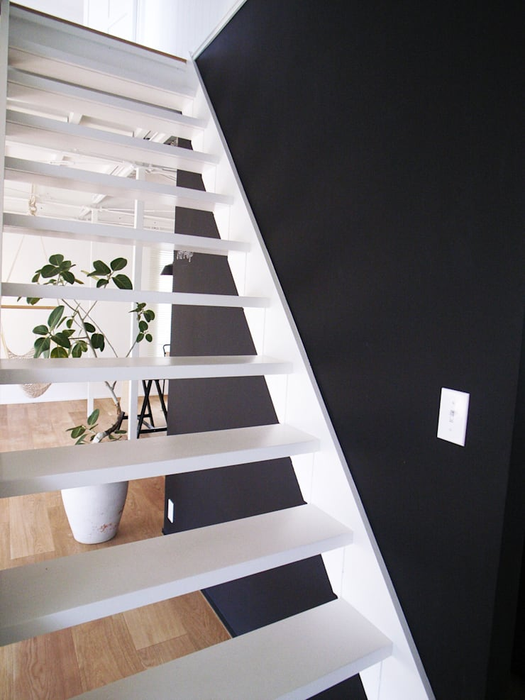 「stri-ep house 秋谷2丁目」: vibe design inc.が手掛けた廊下 & 玄関です。