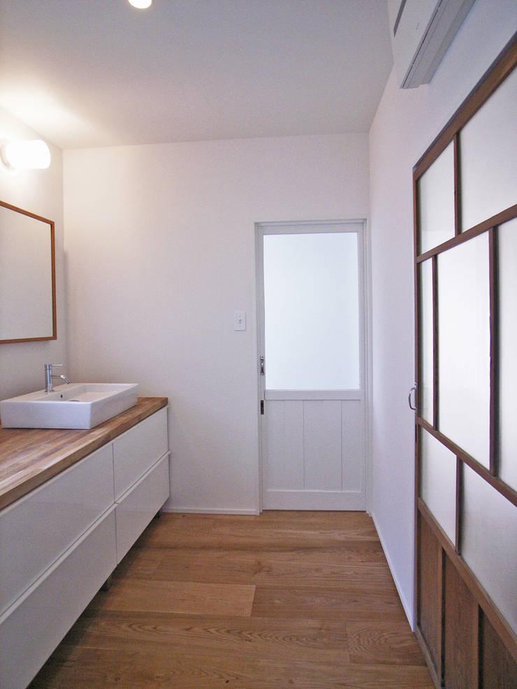「stri-ep house 秋谷2丁目」: vibe design inc.が手掛けた浴室です。