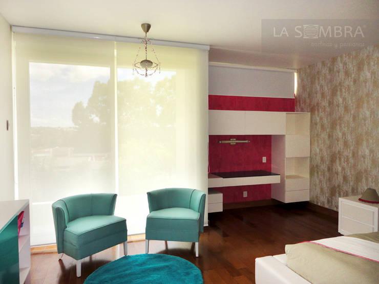Cortina Enrollable: Recámaras de estilo  por Persianas La Sombra