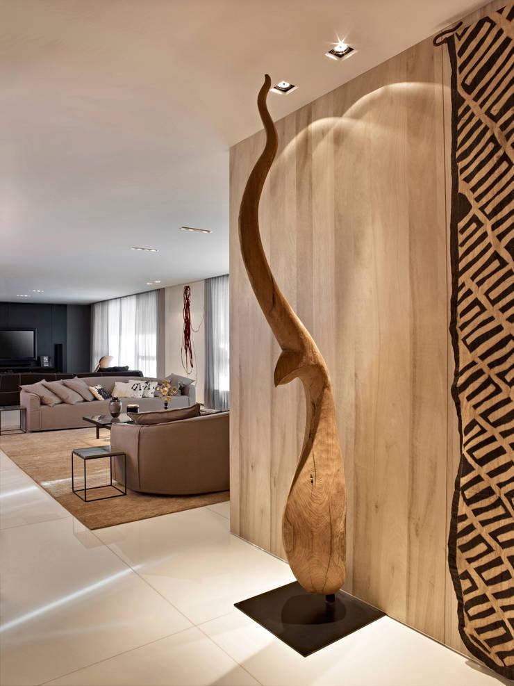 Apartamento Lolita – Belvedere: Corredor, vestíbulo e escadas  por lena pinheiro - interior design