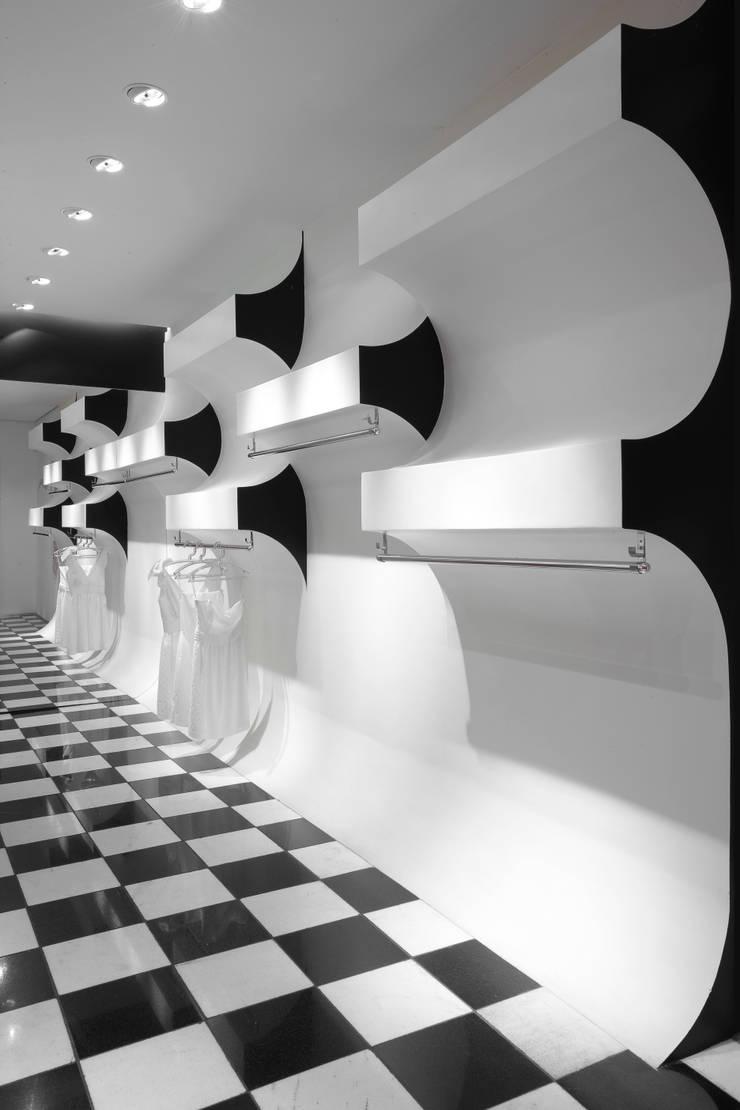 Showroom Karola: Lojas e imóveis comerciais  por lena pinheiro - interior design ,