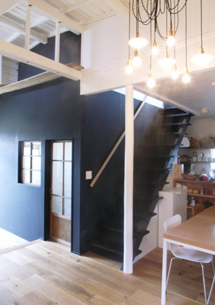 「AKIYA HOUSE」: vibe design inc.が手掛けた廊下 & 玄関です。