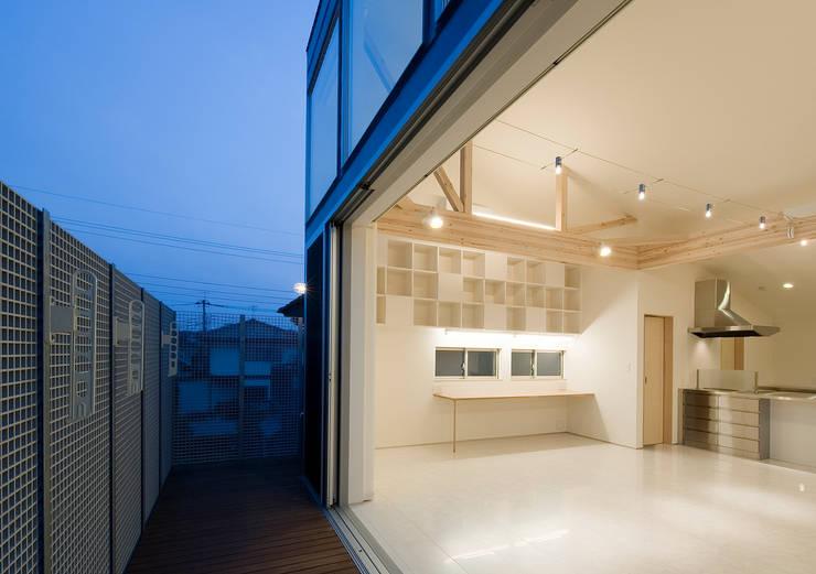 町田の家: 萩原健治建築研究所が手掛けたベランダです。