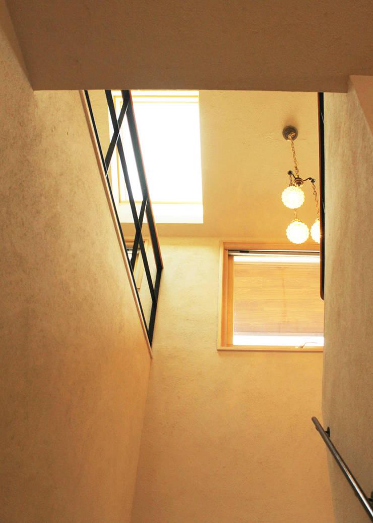 階段の吹き抜け: 勝家建築研究室が手掛けた廊下 & 玄関です。