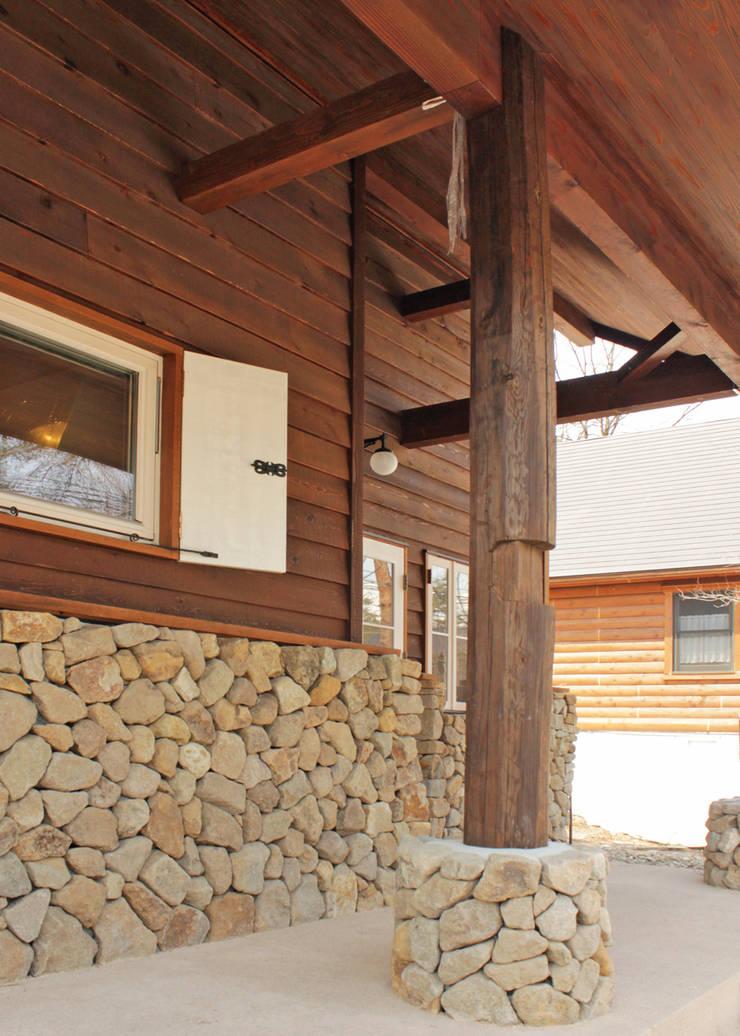 ポーチ: 勝家建築研究室が手掛けた家です。