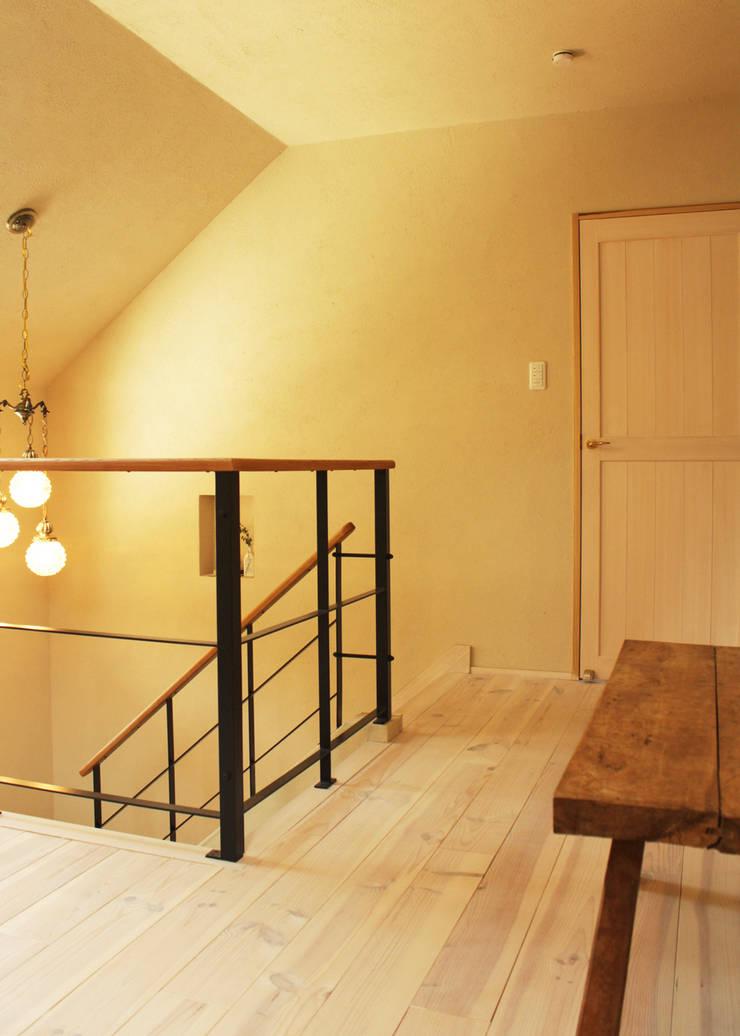階段ホール: 勝家建築研究室が手掛けた廊下 & 玄関です。